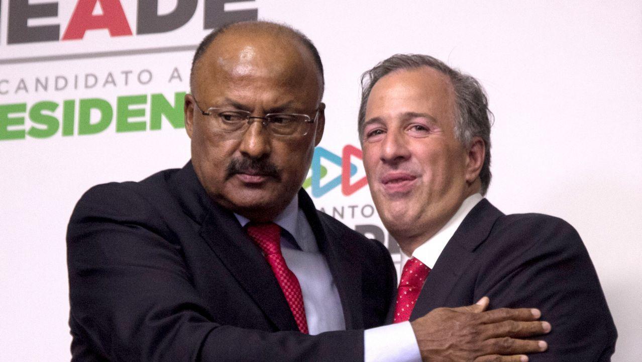El nuevo líder del PRI (izquierda) abraza al candidato del partido
