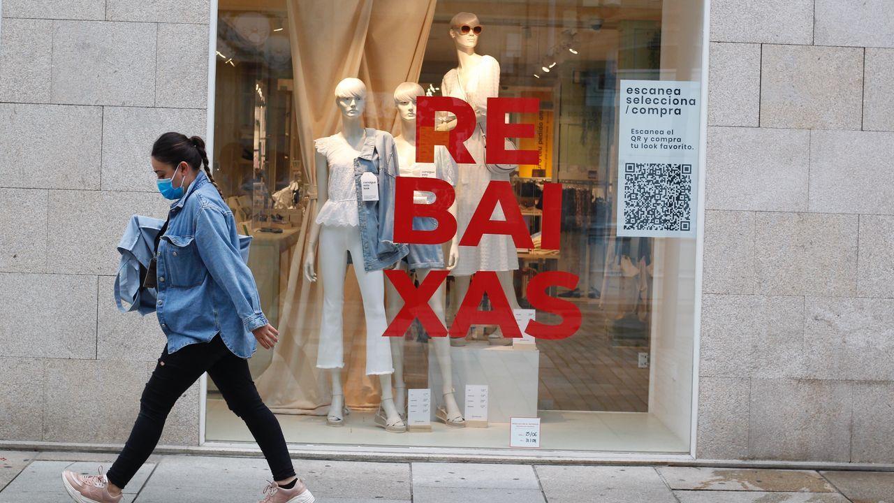 Comenzaron las rebajas:Galicia ya está rodeado de ofertas.En la imagen, una clienta en busca de gangas en una de las tiendas de Odeón, donde muchas firmas ofrecen descuentos de hasta el 50% y algunas hasta del 70%