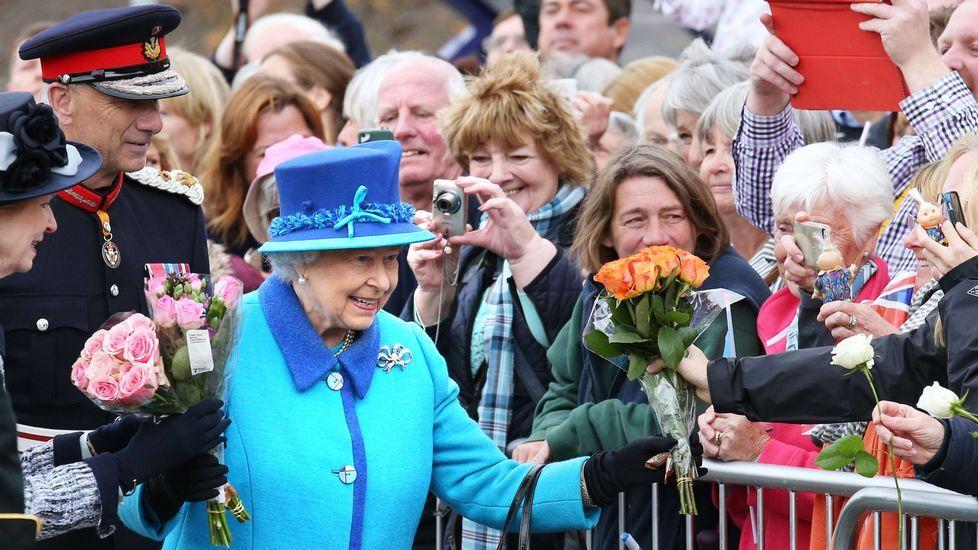 Isabel II celebra la fecha trabajando.A pesar de la excitación por ver a dos de sus ídolos, los jóvenes carcamáns supieron hacer cola pacientes.