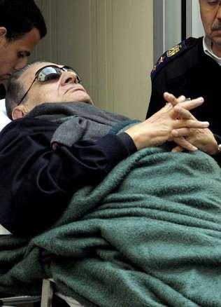 Recta final del juicio contra Hosni Mubarak.Mubarak es llevado al juicio.