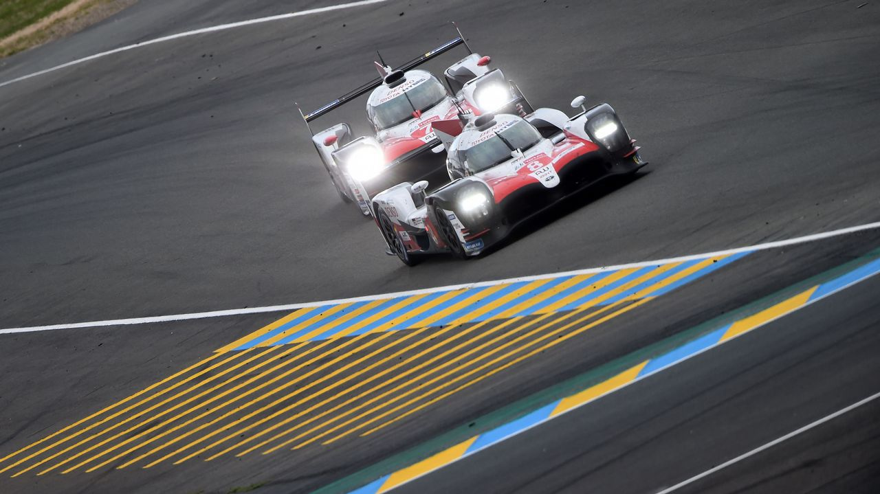 El Toyota de Fernando Alonso, en plena competición nocturna en Le Mans