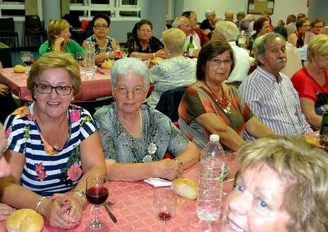 Casi 90 socios del Hogar del Hogar del Pensionista de Fisterra participaron en una animada cena-baile en su local.