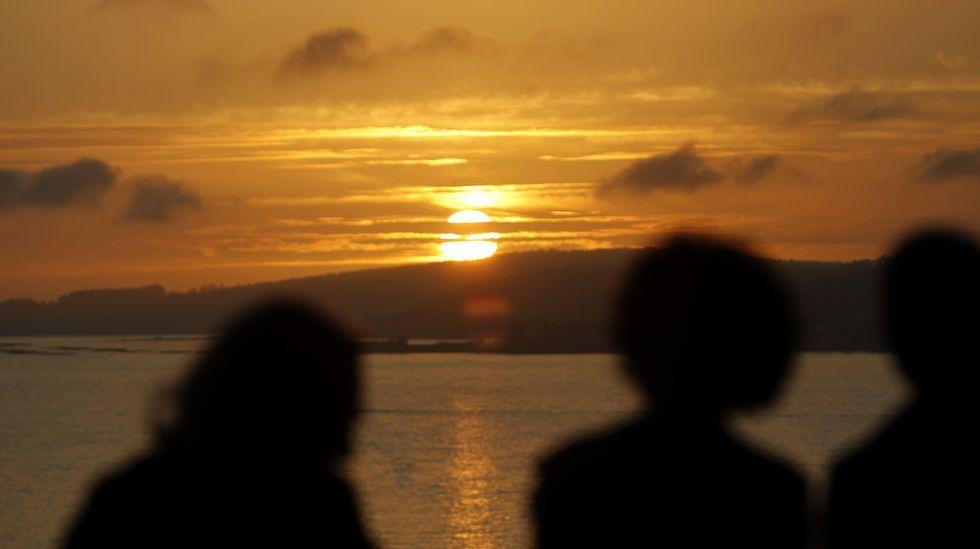 La puesta de sol del viernes desde la ría de Vigo ya atisbaba el buen tiempo del sábado