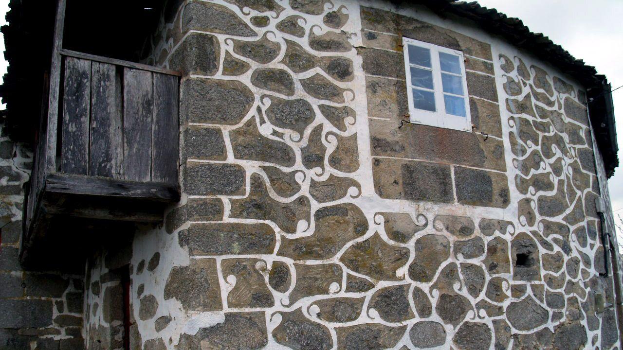 Otro aspecto de la decoración exterior con cal en la Casa do Primo, en O Fontao