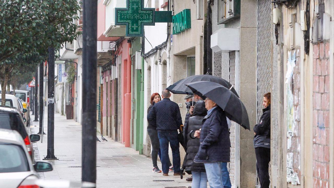 Ambulancia recogiendo a una mujer mayor en su domicilio en el centro de Ferrol