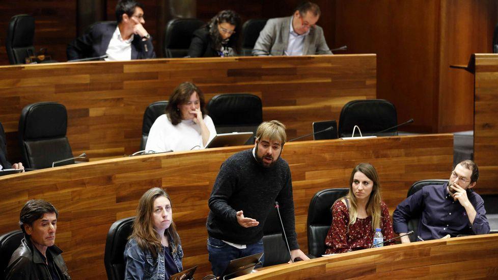 Dacio Alonso, de UCE-Asturias, con Daniel Ripa y Rosa Espiño, de Podemos.Ripa (Podemos) interviene en el Pleno