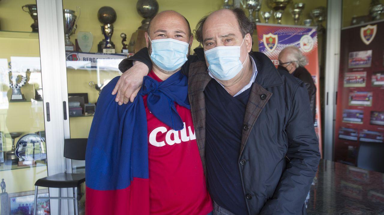 Las imágenes del partido entre el Pontevedra y el Lealtad.Cueto y Sandoval celebran uno de los goles del Vetusta al Covadonga