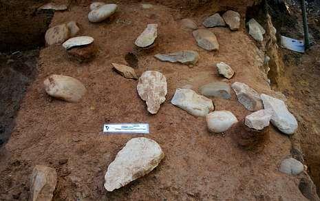 La gran acumulación de hachas de piedra es lo que da singularidad al yacimiento.