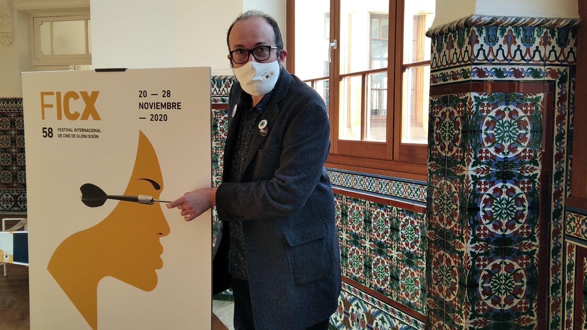 Alejandro Díaz Castaño, director del FICX, con el cartel de la 58 edición, que será online