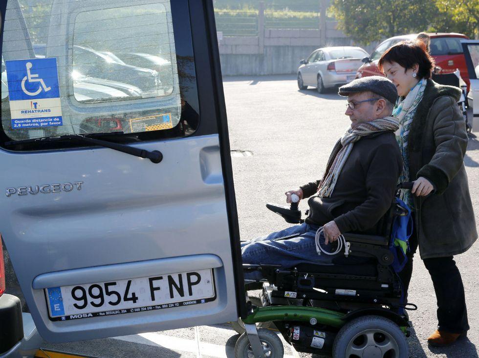 <span lang= es-es >Distintas necesidades de espacio</span>. Vehículos como el de la imagen, con una rampa, exigen margen de maniobra por la parte trasera para que el usuario acceda en silla de ruedas.
