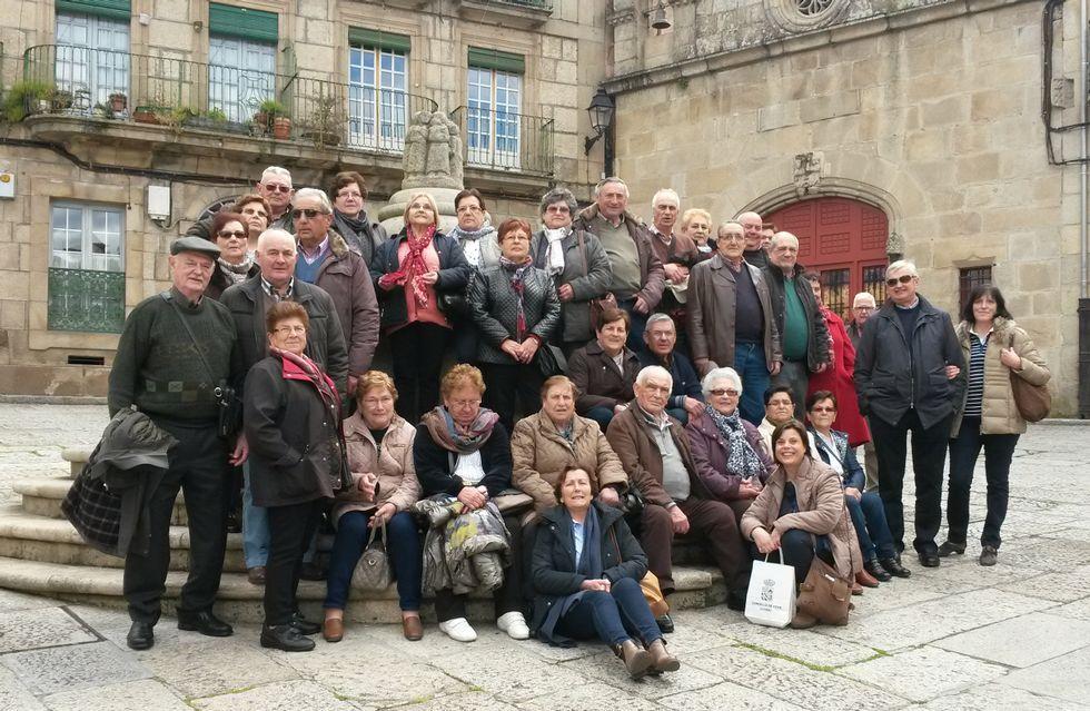 Alumnos de la Escuela de Mayores de Xove, ayer en Ourense.