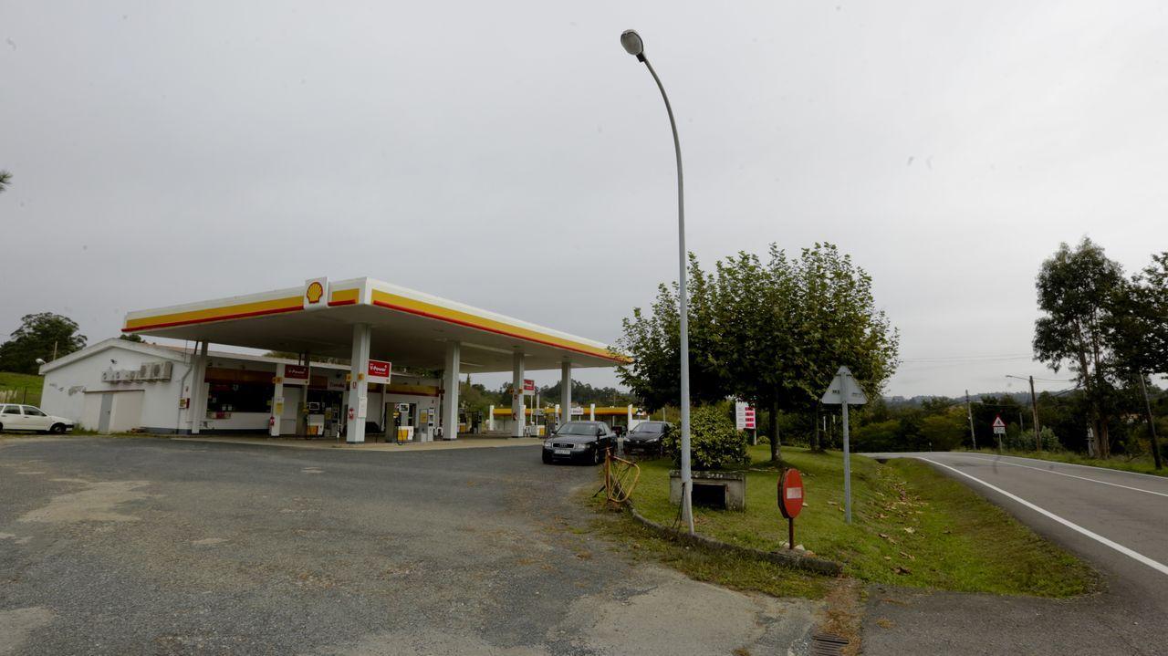 Esta gasolinera en Oleiros aparece en el portal de subastas, aunque los propietarios aseguran que hay solución y el negocio no cambiará de manos