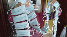Varias mascarillas fabricadas por una vecina de Laviana