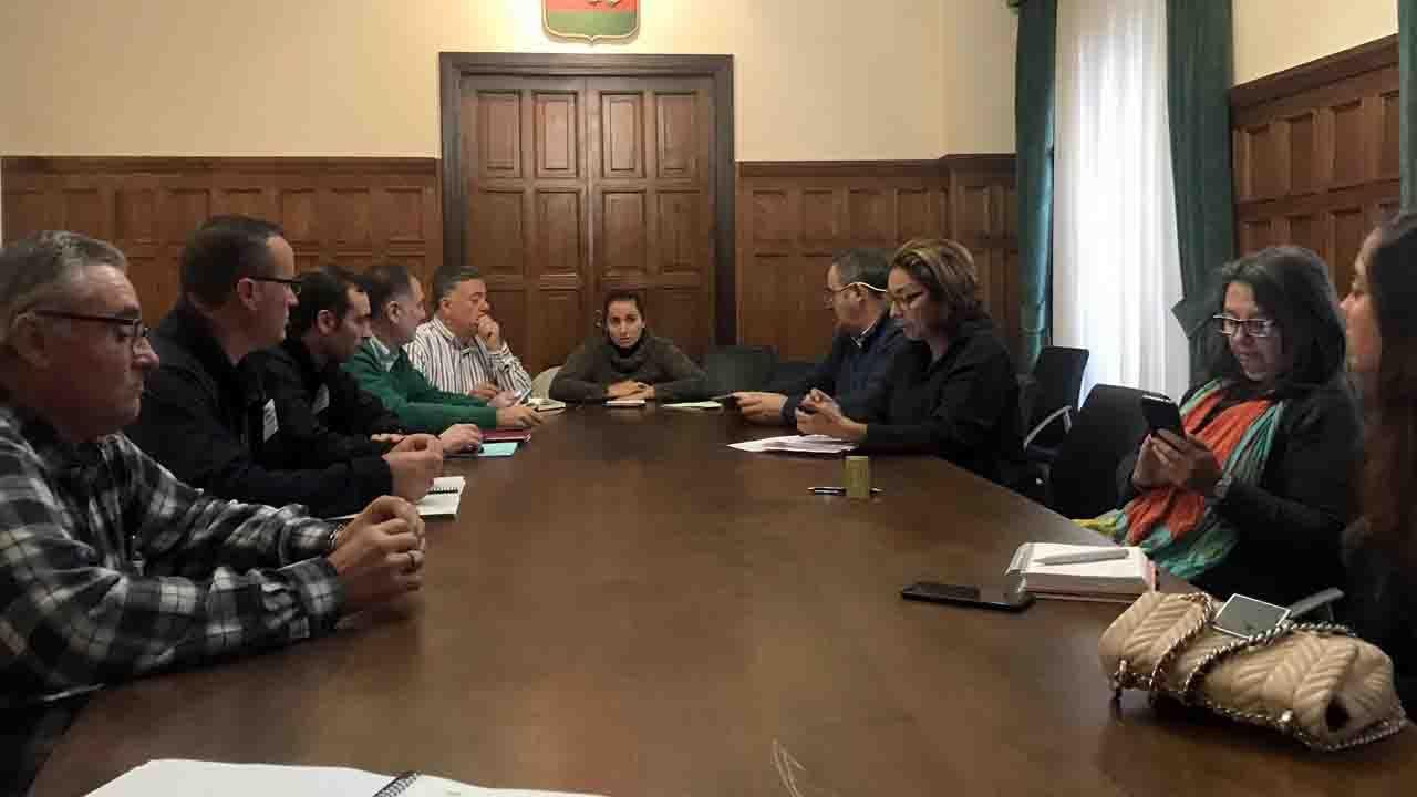 La alcaldesa en funciones de Llanes, Marián García de la Llana, preside la reunión del operativo por las inundaciones