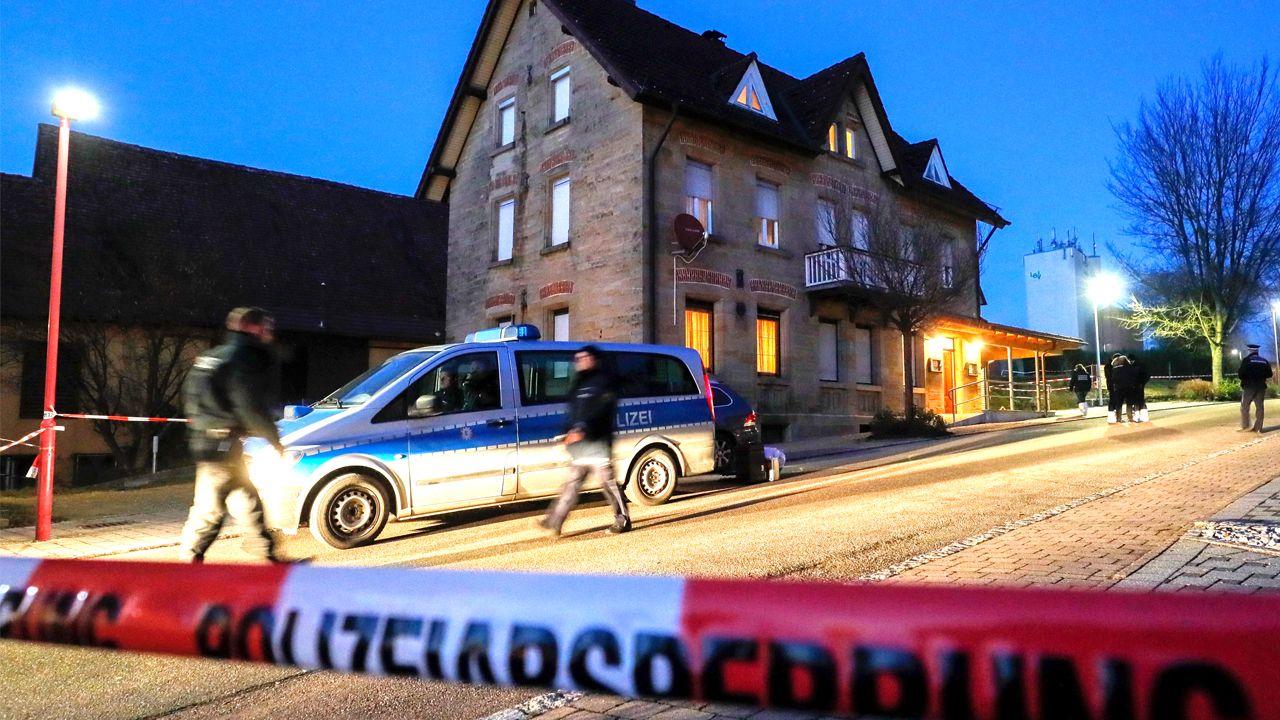 La policía alemana busca indicios en el restaurante-vivienda donde se produjo el tiroteo, en la localidad de Rot am See