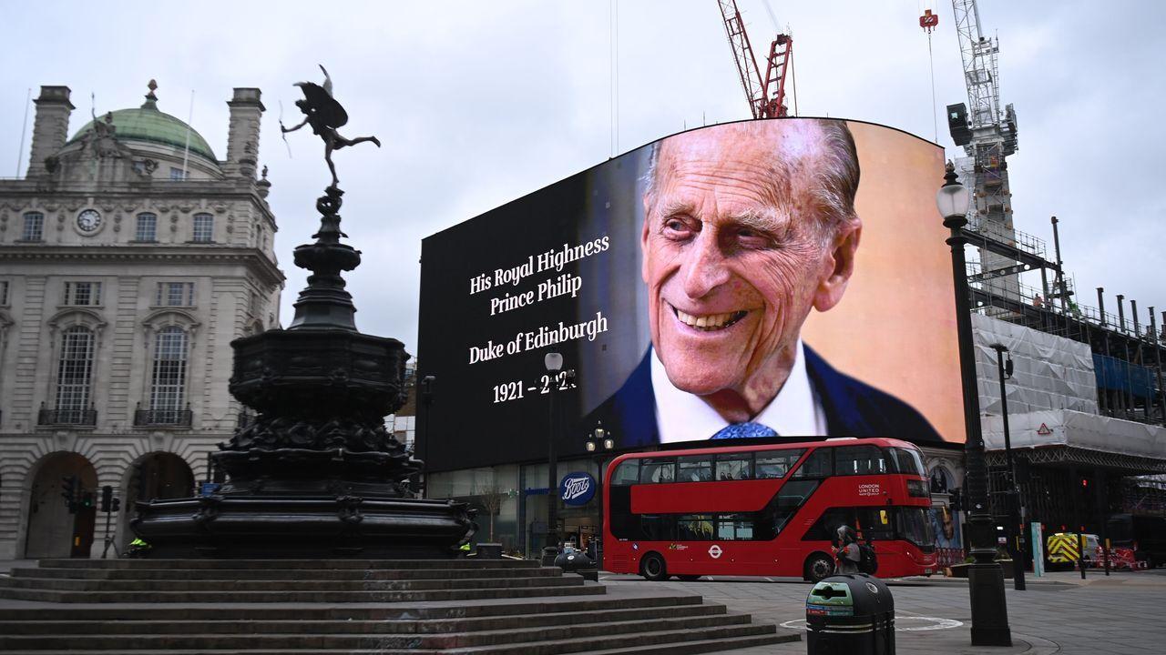 El primer día de la desescalada de los negocios no esenciales en el Reino Unido.Una pantalla gigante en Picadilly Circus, en Londres, mostraba ayer una imagen en recuerdo del príncipe de Edimburgo