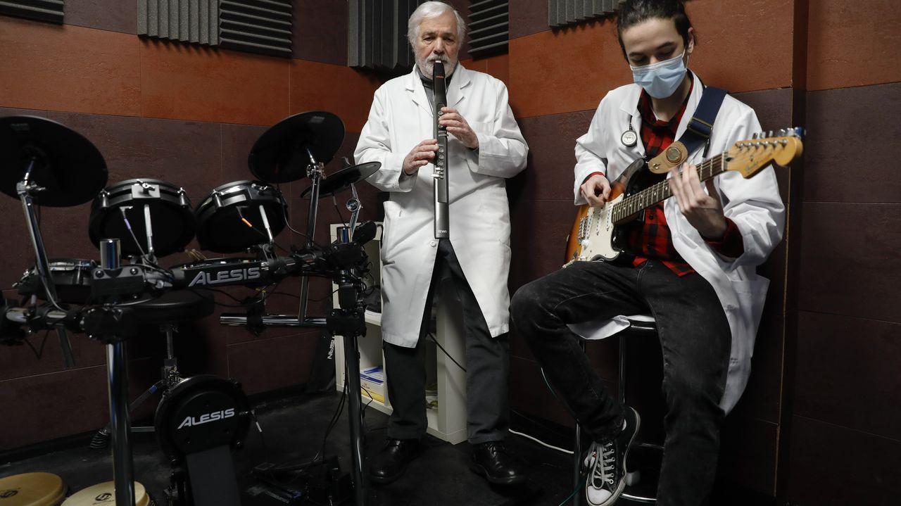 pet.La doctora Mar Terceiro, con un paciente en el ambulatorio de O Portádego, en Culleredo