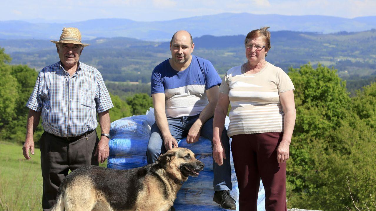 José Antonio, junto a sus padres Marina y José, y el perro Lucas en su casa de Guntín