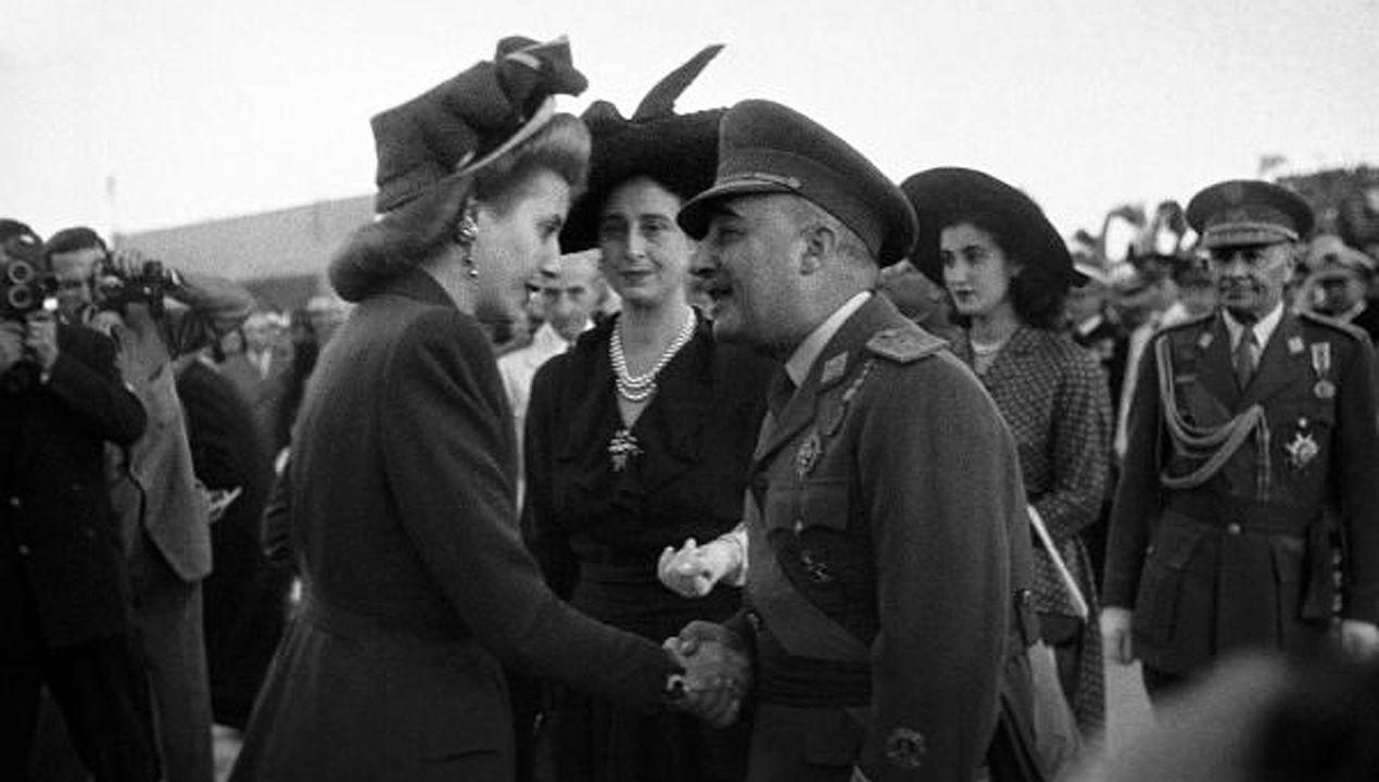 Eva Duarte de Perón, Evita, saluda a Francisco Franco y Carmen Polo a su llegada a Barajas, durante la visita de Estado a España de los gobernantes argentinos en junio de 1947