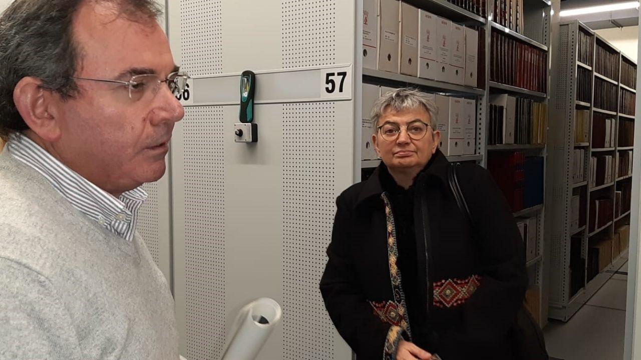 La alcaldesa,  junto al archivero municipal, en las instalaciones de la Escuela de Comercio reservadas a la hemeroteca