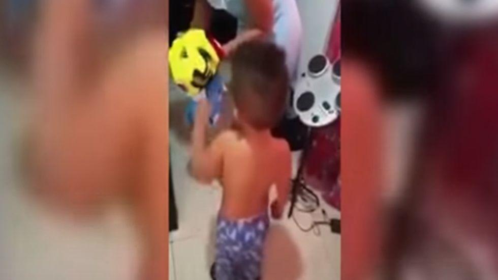 El berrinche de un niñocolombiano que quiere la camiseta de Messi