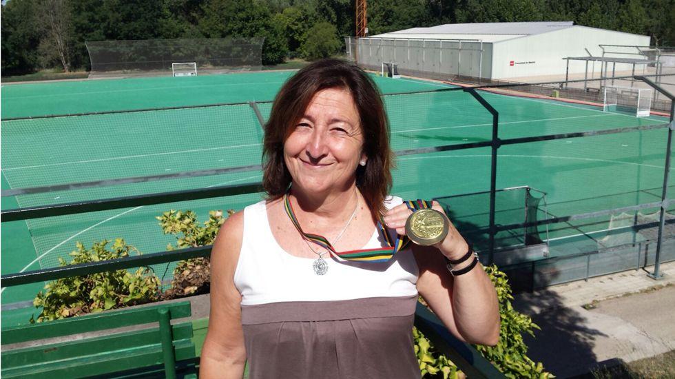María Ángeles Rodríguez posa con la medalla.