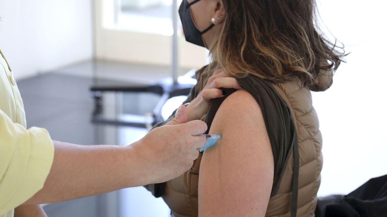 Imagen de la administración de la primera dosis de la vacuna de AstraZeneca a una mujer de entre 50 y 55 años