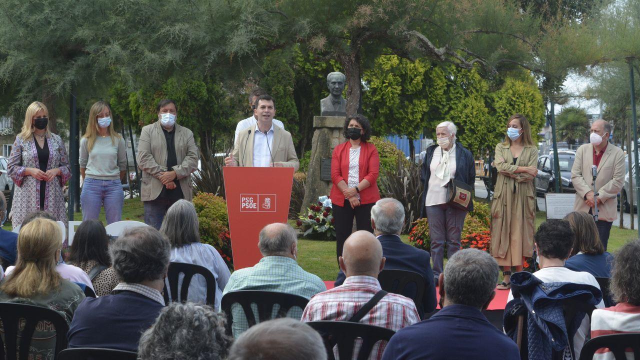 Senda litoral de Taragoña.Los socialistas celebraron el Día de Galicia frente al busto de Castelao en Rianxo