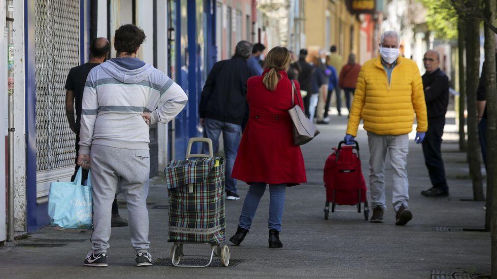«Eu vou de superfeirón, ¿e ti?».Compradores a la cola en un supermercado del barrio de Canido, en Ferrol