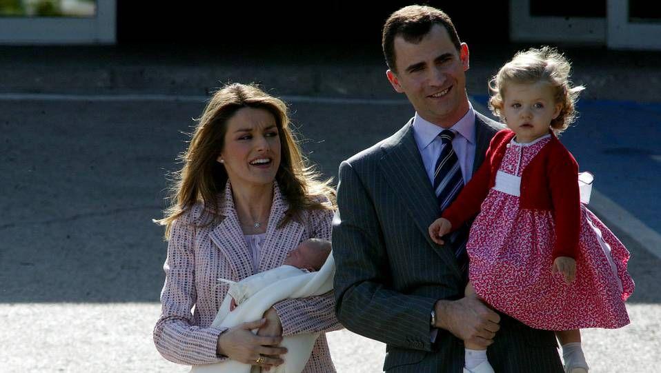 Lety2PH.Los príncipes consolando a los familiares.