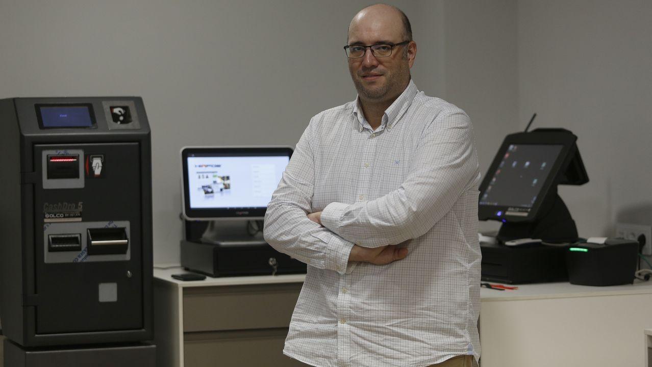 A Coruña celebra el día del Rosario.Rafael Pérez imparte clases telemáticas de piano y francés desde su casa en A Coruña