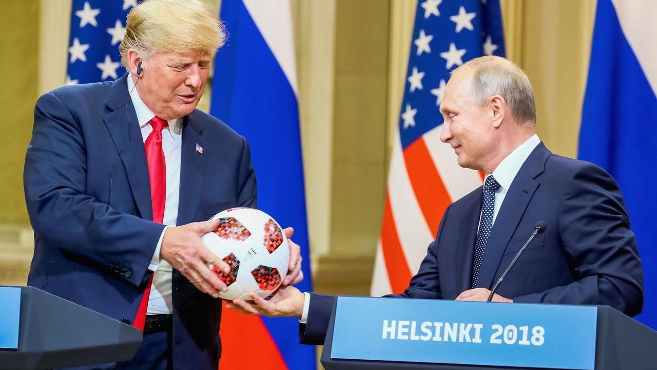 La cumbre de Trump y Putin en Helsinki, en imágenes.Putin entrega un balón a Trumo en lo que parece la recreación de la famosa escena de «El gran dictador»