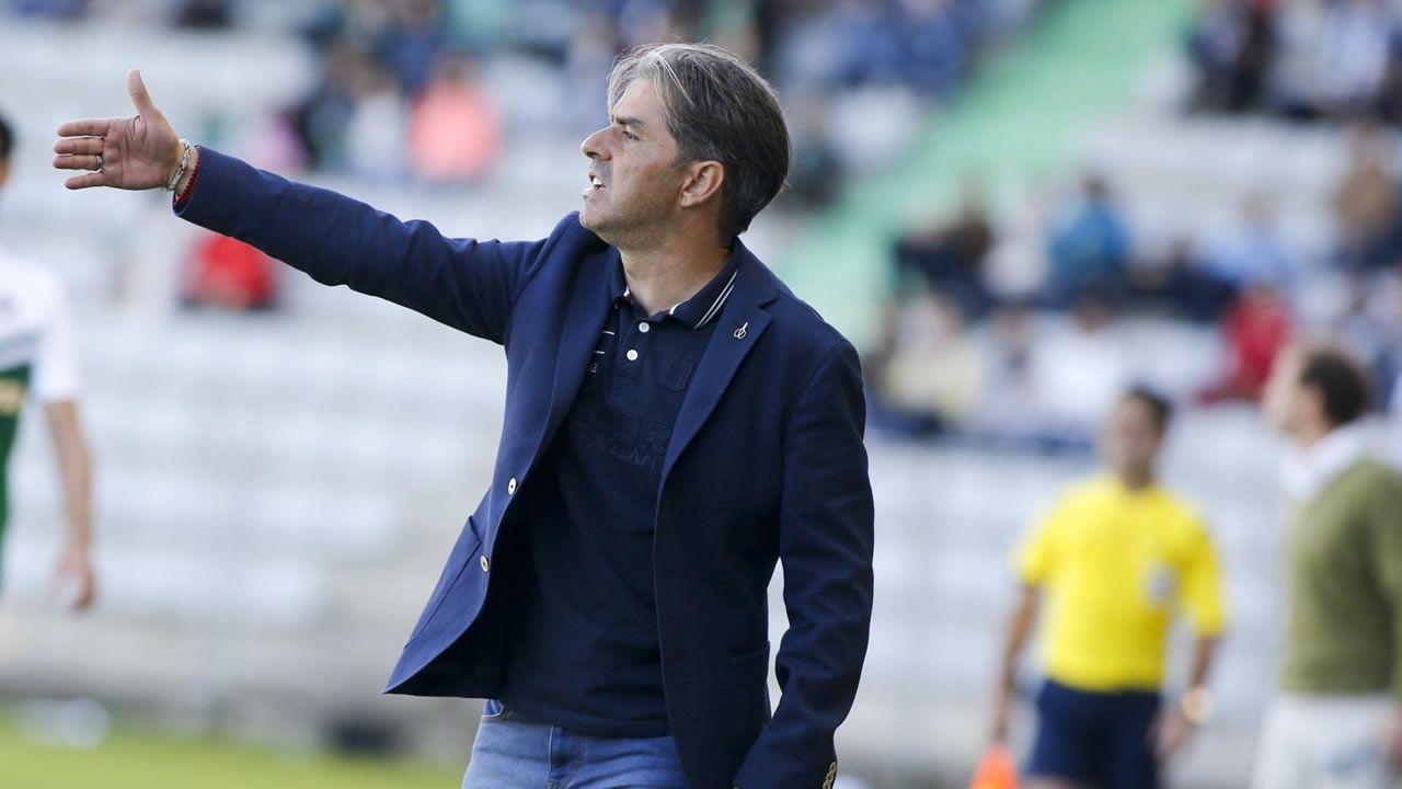 Toche Zapater Aaron Real Oviedo Zaragoza CarlosTartiere.Toche controla un balon ante Zapater