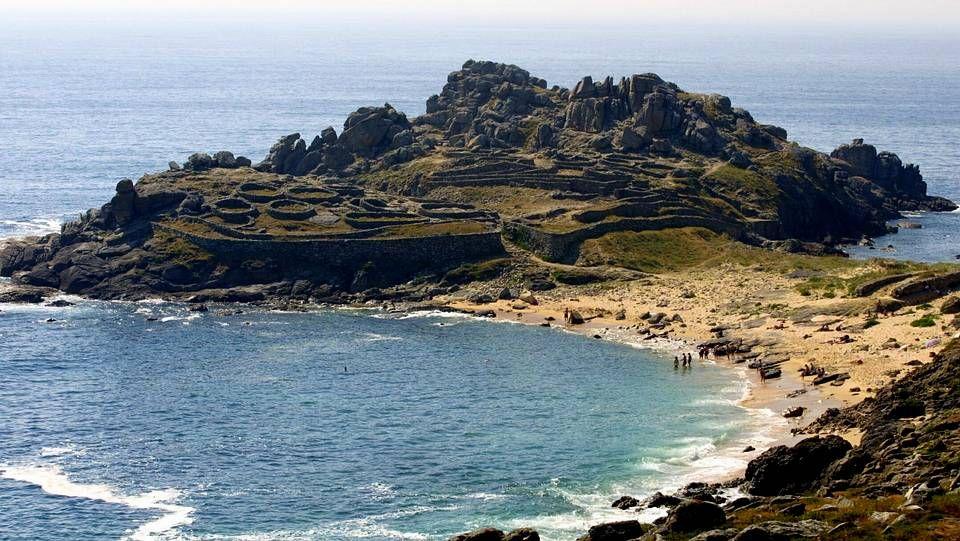La Playa de Castro Baroña, en Porto de Son, se sitúa entre el Atlántico y la Sierra de Barbanza, en un enclave histórico del pasado celta de nuestra comunidad.