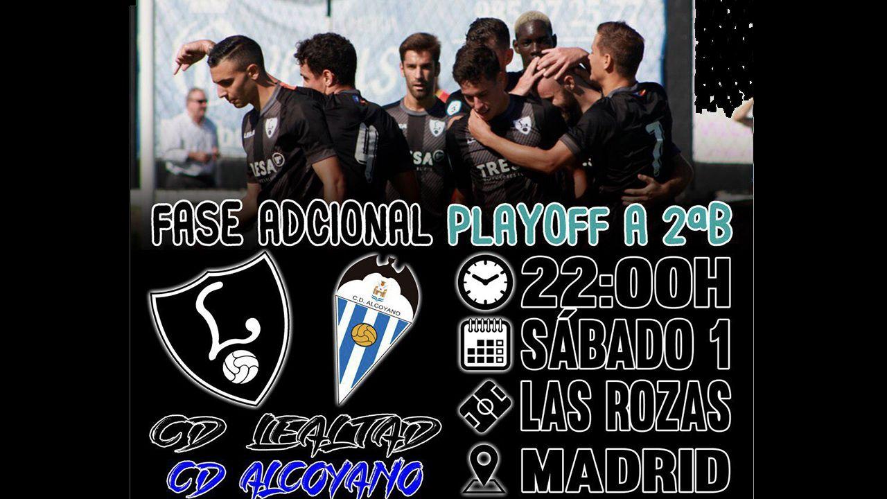 El árbitro revisa la accion del penalti en el Cádiz-Albacete