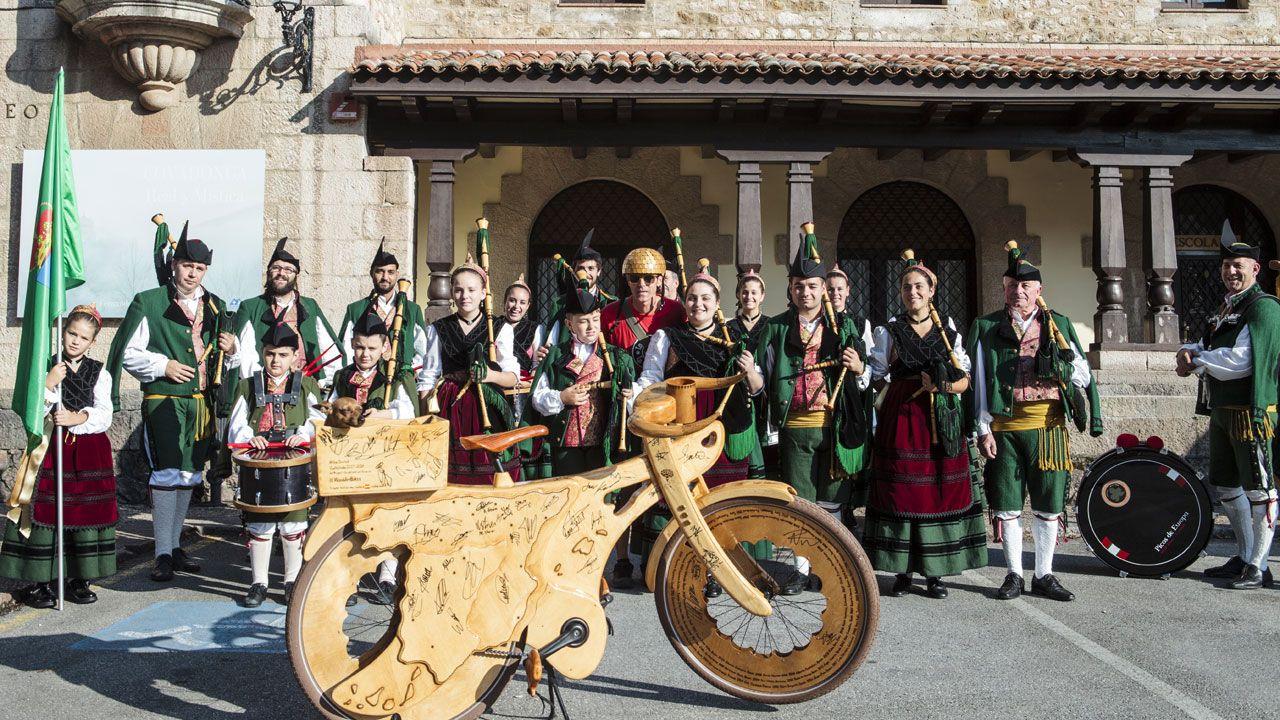 El públicoque dio (y padeció) calor durante la visita de la Princesa de Asturias a Covadonga.La alcaldesa de Ribadesella, Rosario Fernández