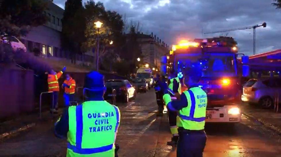 Policias, bomberos y guardias civiles de Monforte acuden a la entrada del hospital comarcal para participar en el aplauso a los sanitarios que teabajan durante la crisis del coronavirus.Policía Local de Avilés