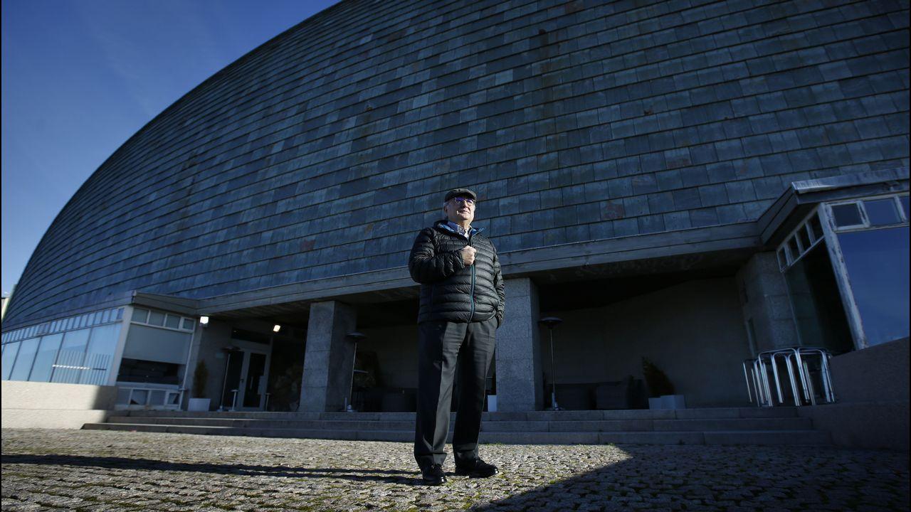 Laboratorio de la Universidad de Oviedo.Ramón Núñez en una de las caras más populares de la Domus, su fachada, ideada por el nipón Arata Isozaki
