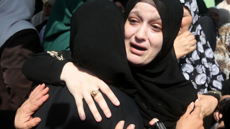 Familiares de Huzeifa Othman Suleiman, un chico palestino de 18 años asesinado por las tropas israelís durante las protestas del día anterior.