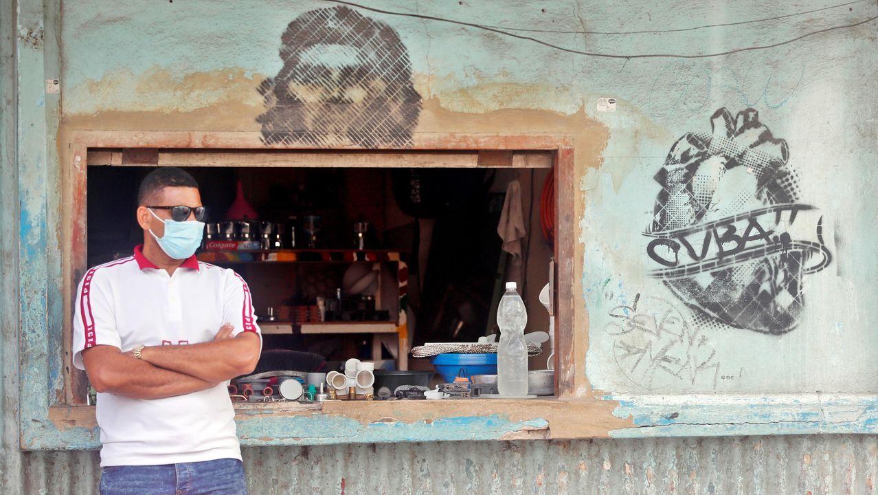 Un vendedor de artículos de fontaneria espera clientes en su puesto de La Habana