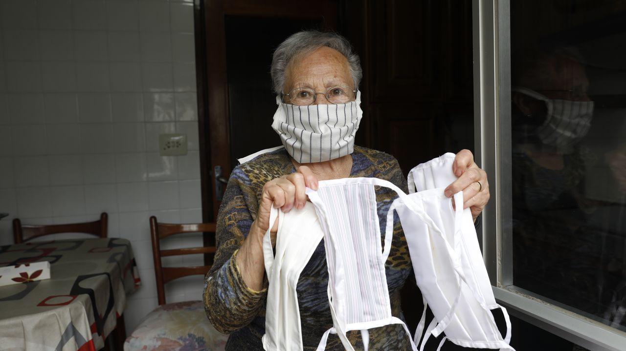 Carme Fernández, vecina de Laza, hace mascarillas caseras y algunas de ellas se las regaló a sus vecinos.Chorny, Pizz y Lugones, en su casa de Ferrol