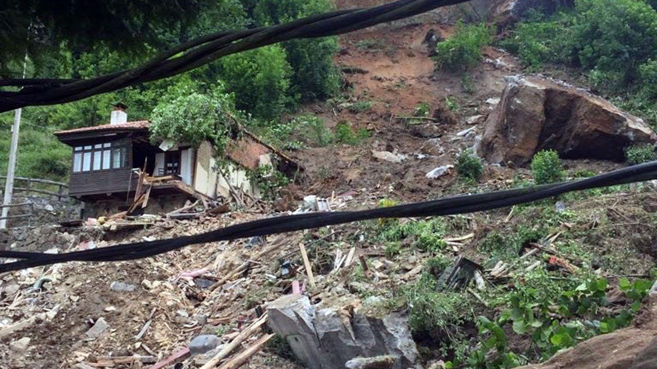 La ladera derrumbada se llevó por delante parte de la casa de aldea La Tilar del Valle, en el pueblo de La Cortina (Lena)