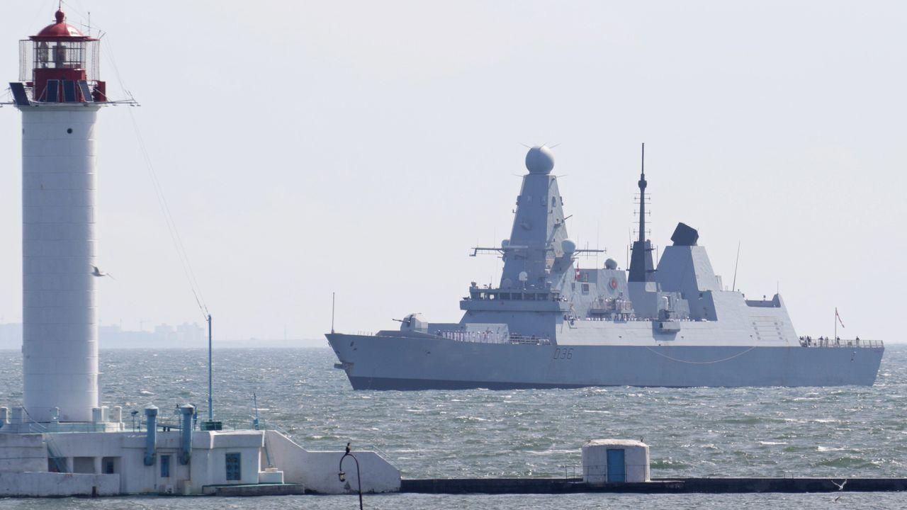 Regreso de la Méndez Núñez a Ferrol tras cuatro meses con la OTAN.El destructor HMS Defender a su llegada a Odesa desde el mar Negro, el pasado dia 18.