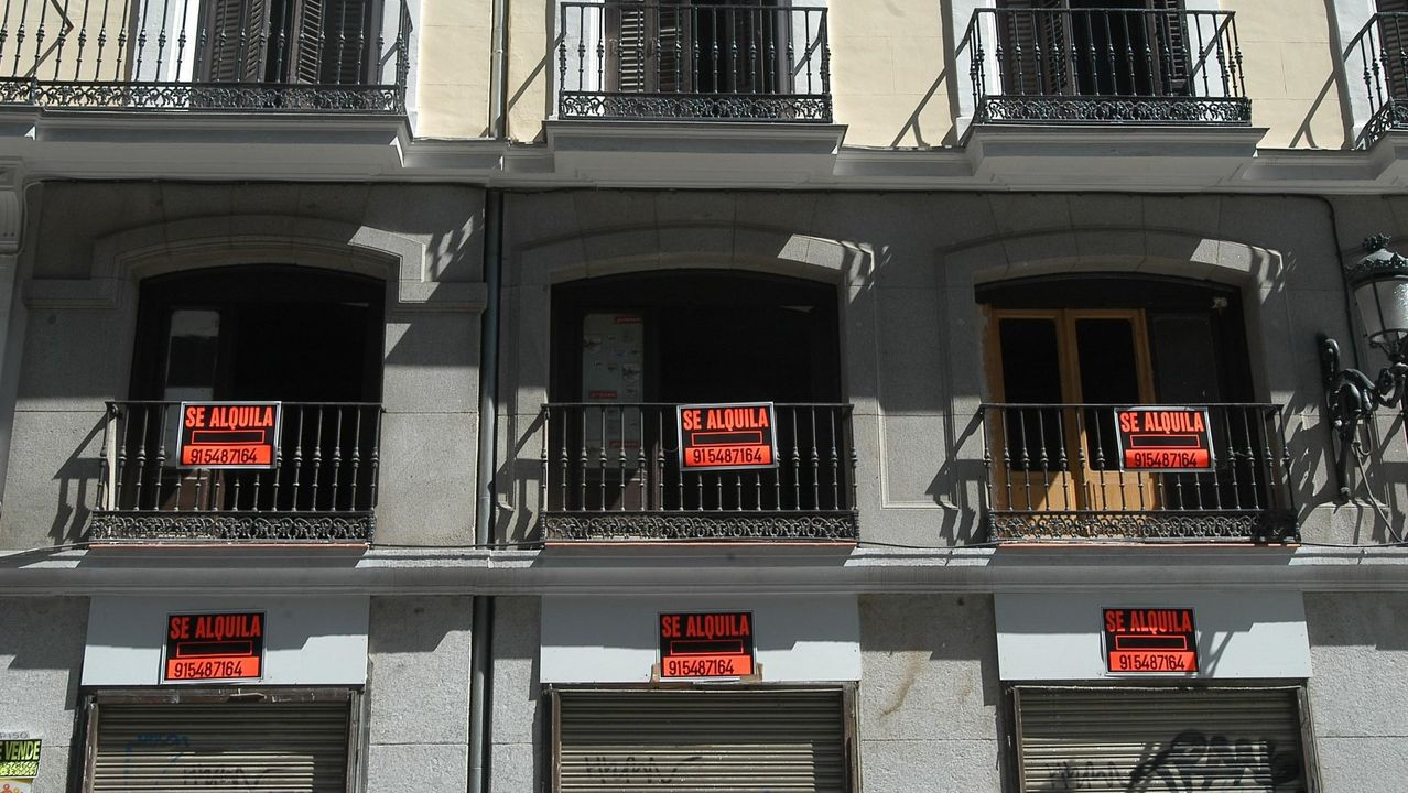 La inmobiliaria mostrando uno de los pisos en una jornada de puertas abiertas en San Cibrao