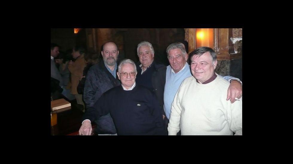 Moncho Casal, en el centro de la foto, junto a su socio en el Royal, Pedro Nolasco, y tertulianos de la antigua cafetería