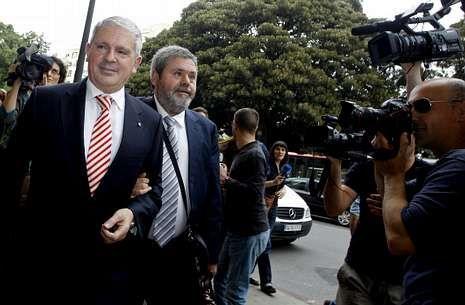 Pablo Crespo exculpa a Álvarez Cascos.Pablo Crespo, acompañado de su abogado, acude a declarar en Valencia en mayo del 2013.