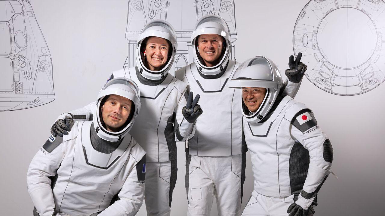 El astronauta de la ESA Thomas Pesquet (a la izquierda) junto al resto de la tripulación que viajará a la ISS el próximo 22 de abril