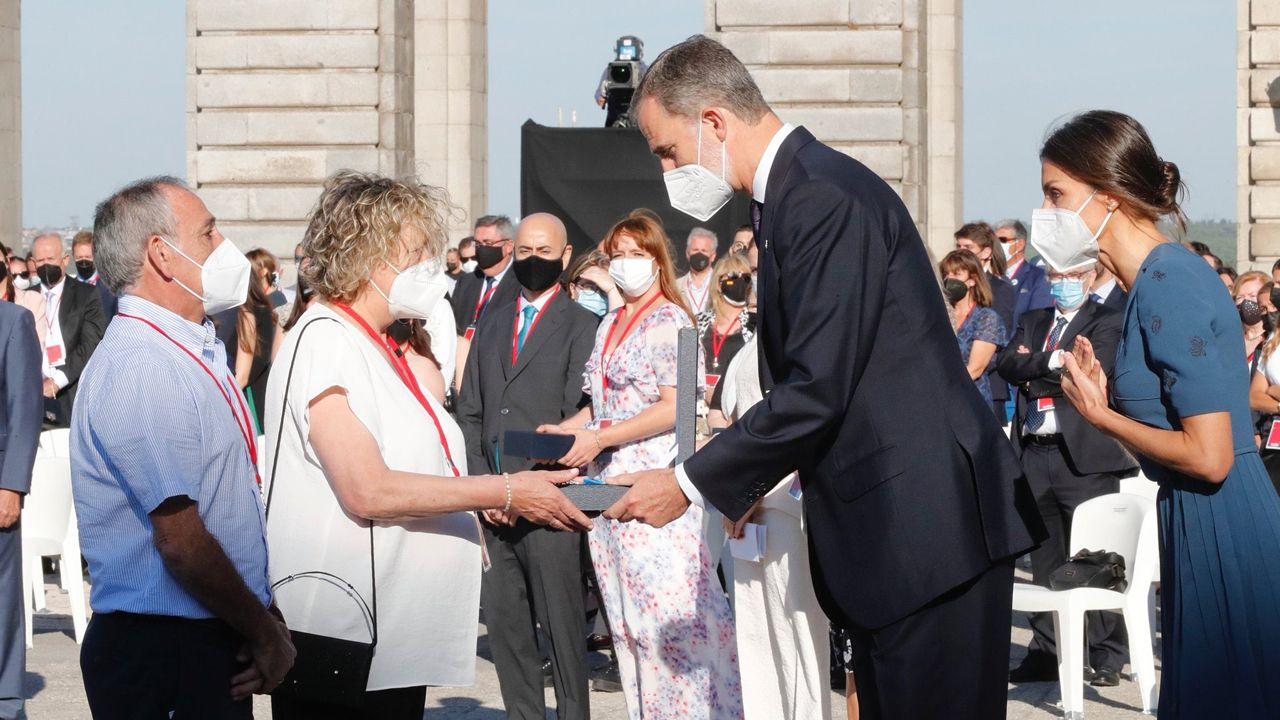 Los padres del asturiano Pablo Riesgo, el joven sanitario fallecido por covid, reciben de los Reyes la Gran Cruz del Mérito Civil