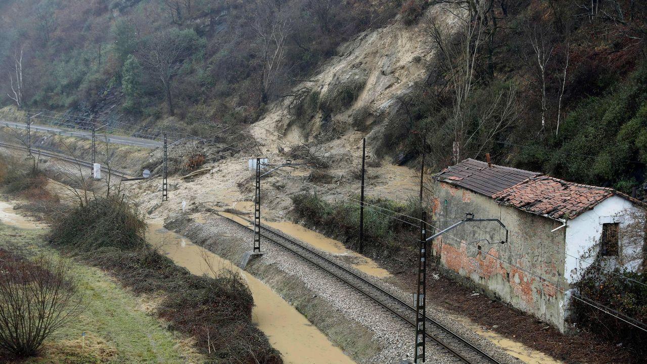 Obras en la variante de Pajares.Derrumbamiento sobre la vía de tren a su paso por Laviana a causa de los temporales registrados este otoño en Asturias