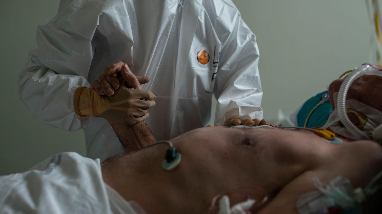 Quirófano habilitado para atención de críticos covid-19 en el CHUO.Sanitarios atienden a un paciente con coronavirus en la unidad de reanimación (REA) del Complejo Universitario de Ourense, este miércoles. Agotados pero al pie del cañón un día tras otro. Así están en críticos. No en vano, es la mejor definición del estado de ánimo de los profesionales sanitarios que lidian con los contagios de la covid-19, tanto desde Cuidados Intensivos (UCI) como en REA.